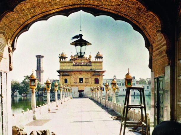 indien__amritsar._marmorne_strasse_zum_goldenden_tempel__neben_den_rituellen_reinigungsbecken__dem_darbar_sahib_und_dem_hari_mandir__stephane_passet__15._januar_1914