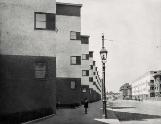Girl and lamp post Frankfurt am Main, 1928.
