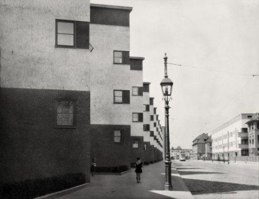 Girl and lamp post Frankfurt am Main, 1928.